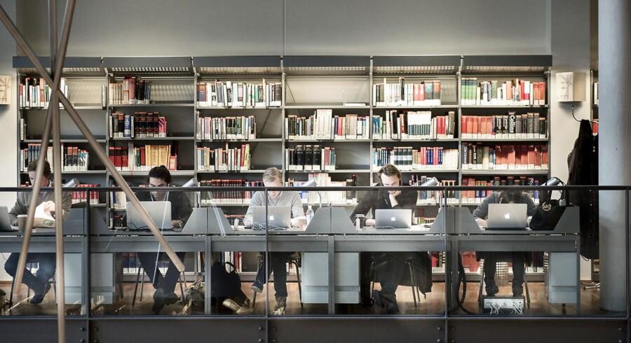 Hvis politikerne på Christiansborg gennemfører et forbud mod virksomheder, der sælger 12-tals opgaver til gymnasieelever, så er virksomheden FixMinOpgave klar til at rykke til udlandet.