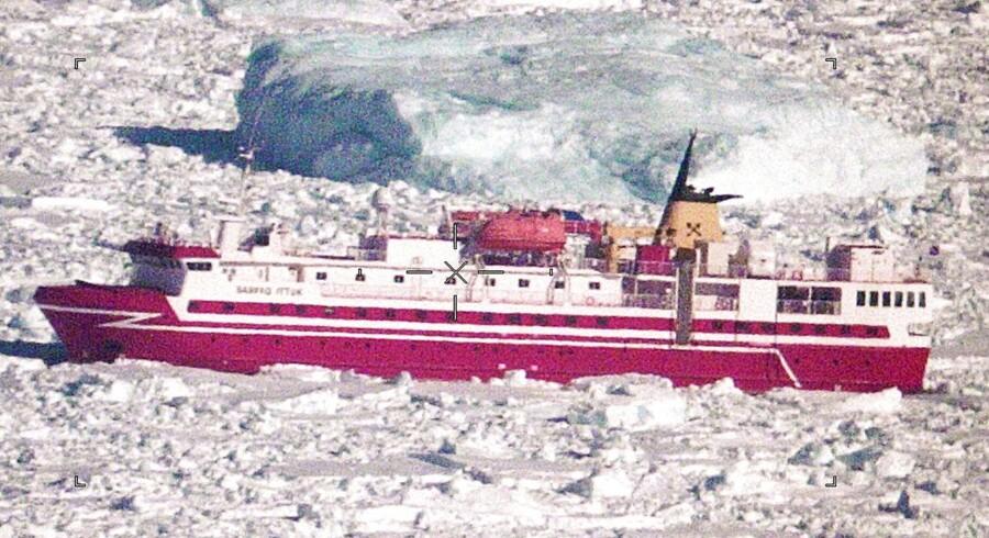 Passagerskibet Sarfaq Ittuk sidder fast i isen i Torssukatak i det sydlige Grønland. Det skriver TV 2, som beretter, at der er 37 passagerer og 21 besætningsmedlemmer om bord. Skibet, der var på vej til Grønlands hovedstad, Nuuk, har siddet fast siden onsdag ifølge det grønlandske medie KNR.