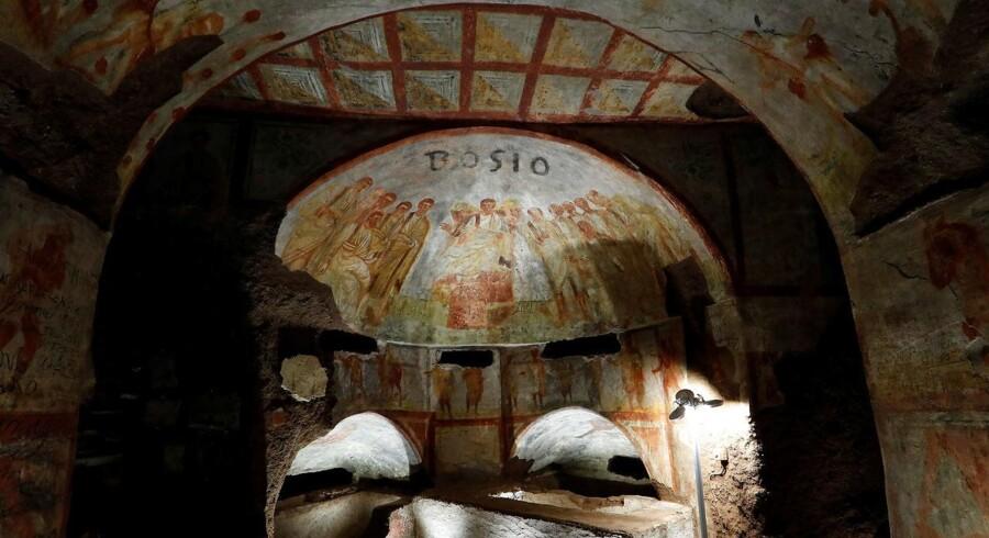 Et kig ind i Domitilla-katakomberne med de nye fresko-malerier, der er afdækket. Maj 2017. REUTERS/Remo Casilli