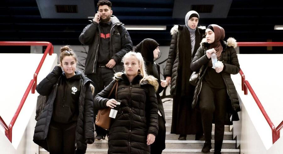 På Herlev Gymnasium er hver tredje elev indvandrer eller efterkommer fra ikke-vestlige lande. De elever, Berlingske mødte, fortalte om, at de er glade for den blandede elevsammensætning. I skolen snakker alle med alle – men i fritiden er de mere opdelt.