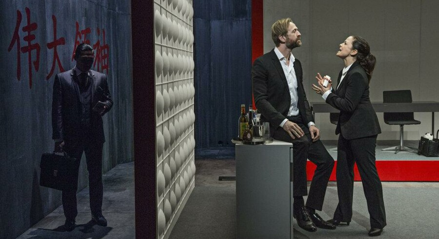 Camilla Bendix og Kasper Leisner skændes, mens Thomas Chaaning venter i kulissen. Foto: Christian Geisnæs.