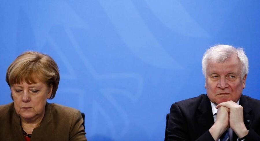 Presset på Tysklands kansler Angela Merkel er vokset efter en bitter strid om asylansøgere med indenrigsminister Horst Seehofer (th.) fra regeringspartiet CSU i Bayern. Søndag erklærede Seehofer ifølge tyske medier på et lukket møde, at Merkels EU-asylaftale ikke er tilfredsstillende.