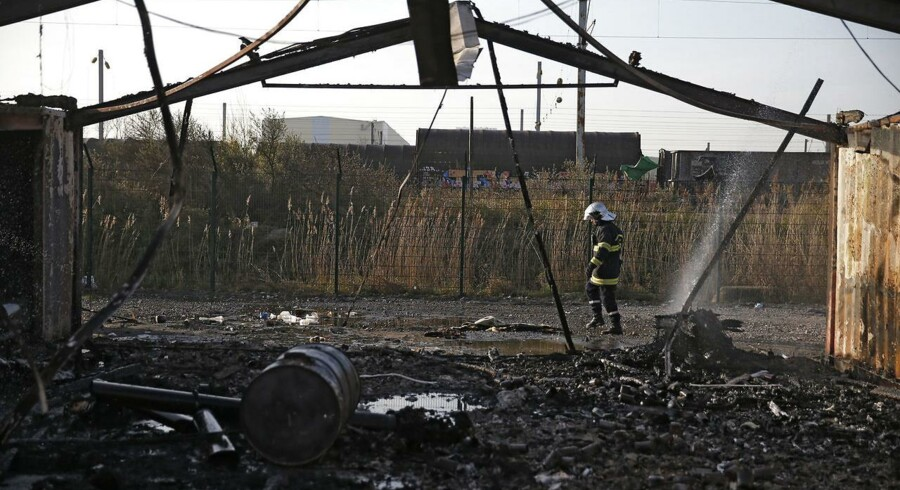 En meget stor brand, der formentlig er påsat, har næsten raseret en migrantlejr nær den nordfranske by Dunkirk.