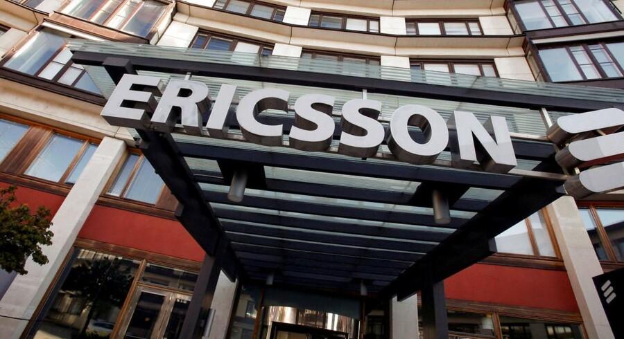 Ericssons kunder sparer på pengene, og det rammer den svenske mobilgigant, der er verdens største på sit område. Arkivfoto: Bob Strong, Reuters/Scanpix