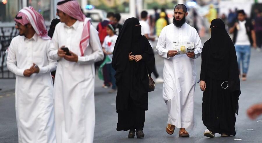 Folk på gaden i hovedstaden Riyadh 24 september, 2017, / AFP PHOTO / Fayez Nureldine