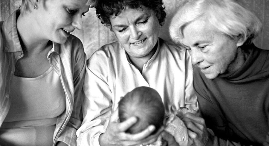 4 Generationer - Mor, Mormor, Oldemor og Nadia (2 uger gammel)