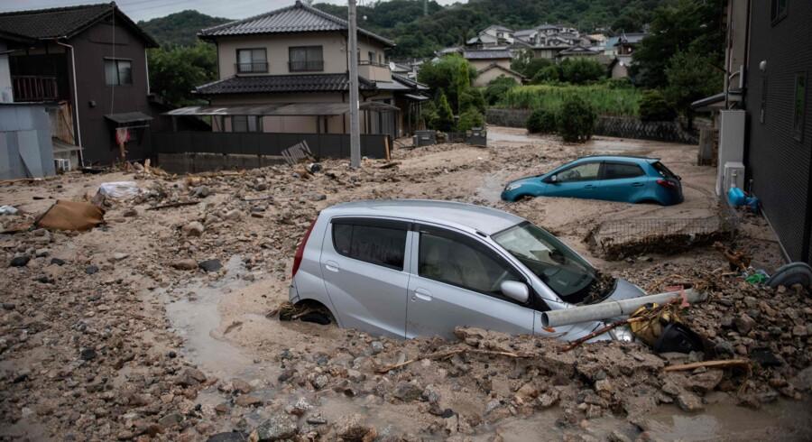 Det voldsomme uvejr har flere steder efterladt hele landsbyer begravet i vand og mudder. Martin Bureau/Ritzau Scanpix