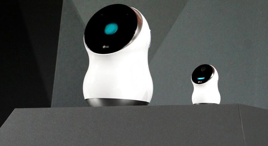 Sådan ser den ud, LGs nye Hub Robot og lillebroderen Hub Robot Mini. Den skal snart ud at hjælpe til i mange hjem - og så kan den udtrykke sig med sine blå robotøjne, mens den taler (dog kun engelsk). Foto: Rick Wilking, Reuters/Scanpix