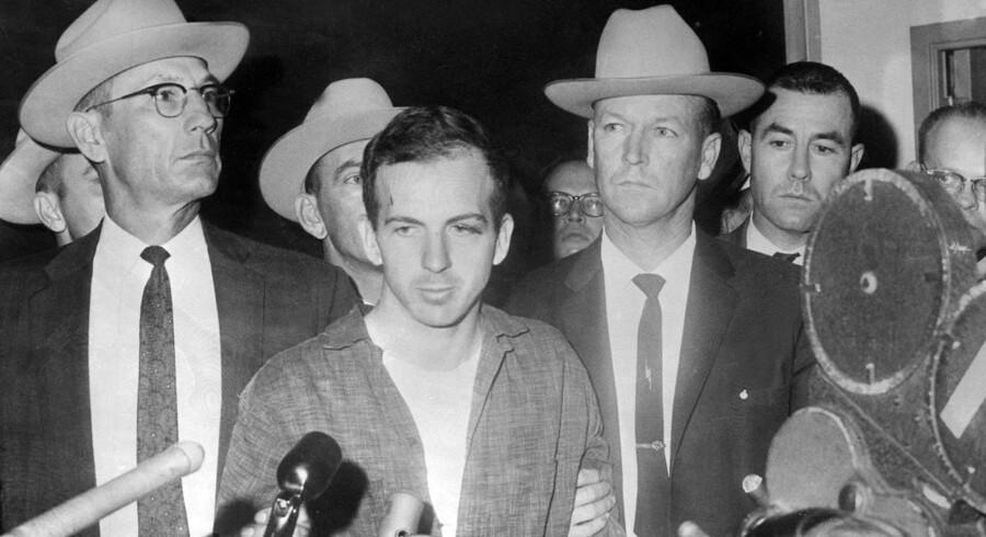 Var det Lee Harvey Oswald, der skød John F. Kennedy? Berlingskes Washington-korrespondent har været den årlige prisuddeling og legatoverrækkelse i den nationale presseklub i Washington D.C. - og her blev han præsenteret for flere saftige historier.