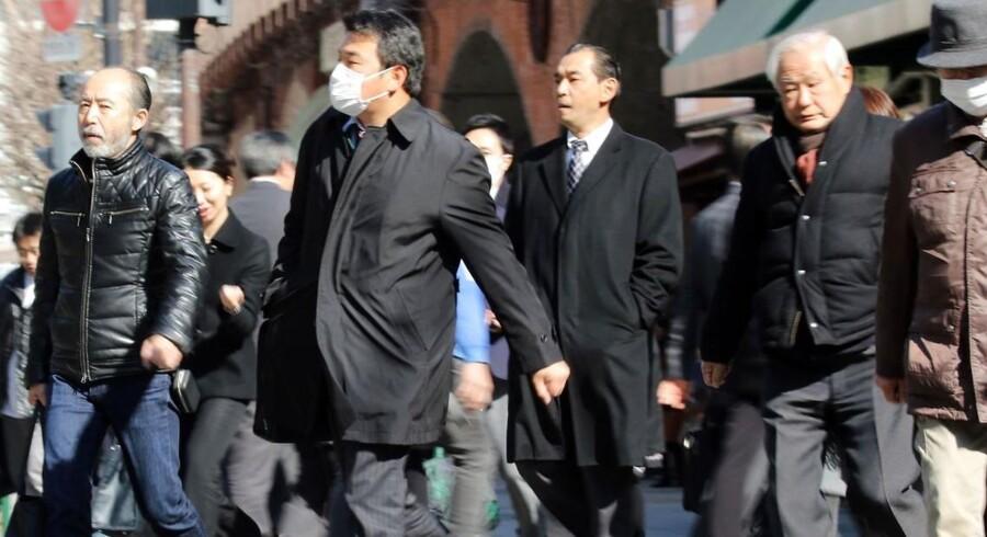 De legendarisk arbejdsomme japanere er ved at bukke under for arbejdspresset. En hel tvungen ferieuge om året skal få flere til at stå distancen.