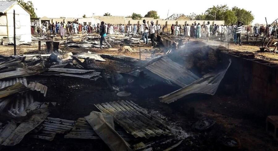 Beboere samles om arnestedet for en eksplosion i flygtningelejren Muna i Nigeria. Mindst fire selvmordsbomber gik af i lejren og dræbte tre mennesker. Unicef advarer i ny rapport om, at børn helt ned til otte år anvendes som selvmordsbombere i området omkring Tschad-søen, hvor terrorbevægelsen Boko Haram hærger.