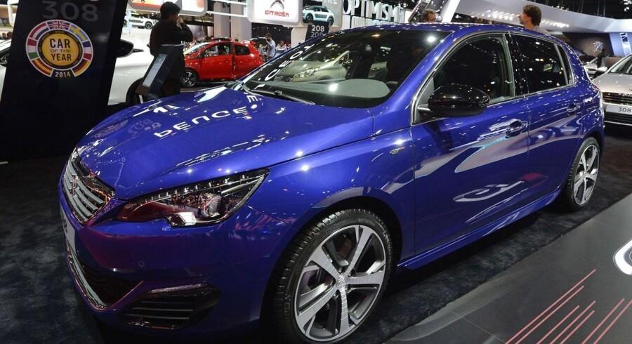 Danskerne køber flere biler, og det er især lidt større biler end før, der bliver solgt og indregistreret. Peugeots 308-model, som sidste år blev valgt til årets bil i Europa, hører hjemme i den klasse af biler, som bliver solgt i større tal. AFP PHOTO/MIGUEL MEDINA