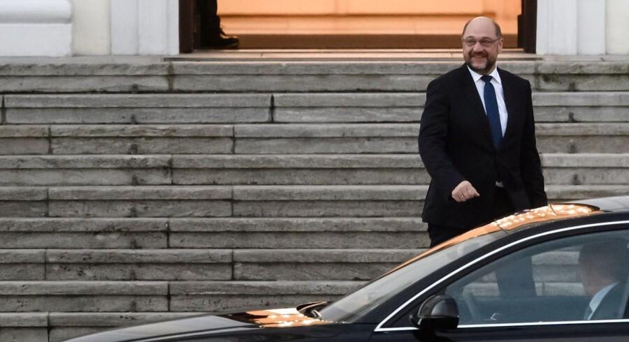 SPD-formand Martin Schulz står over for en vanskelig beslutning: Skal de tyske socialdemokrater danne regering med Angela Merkels CDU?