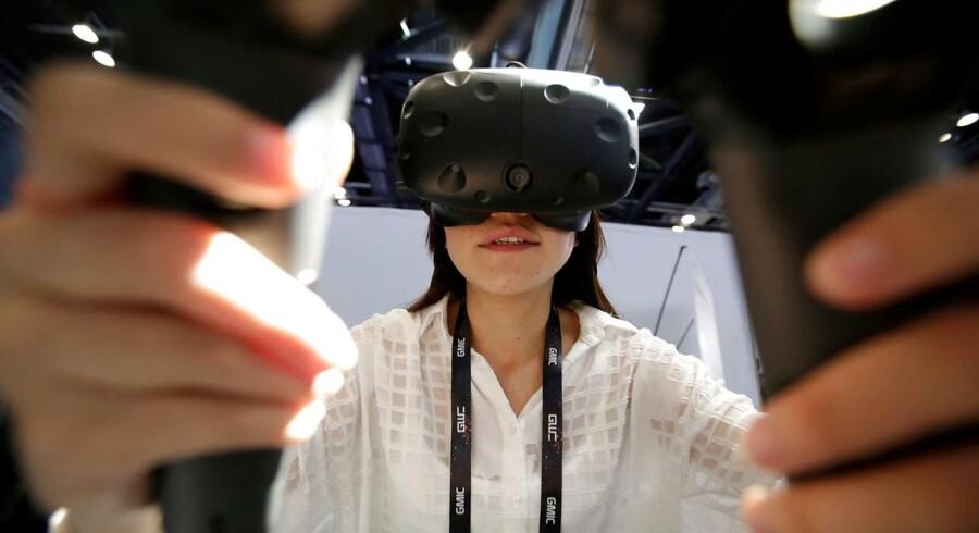 Vive er de nye VR-briller til den virtuelle virkelighed (»virtual reality«), som den taiwanske mobilproducent HTC venter sig meget af. Arkivfoto: Jason Lee, Reuters/Scanpix