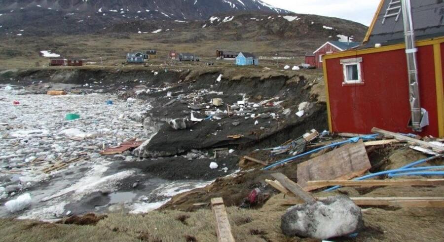 En flodbølge ramte i juni to grønlandske bygder. Værst ramt var Nuugaatsiaq, hvor flere huse blev skyllet ud i fjorden. Fire personer savnes og menes at være omkommet. Free/Arktisk Kommando/arkiv