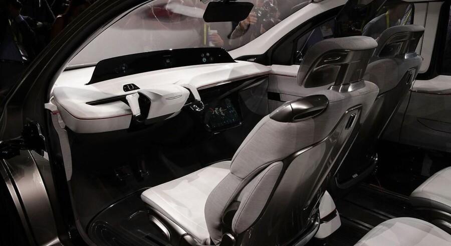 Der kryber mere og mere teknologi ind i de nye biler - her Chrysler Portal, som er en ny elektrisk bil. Digitale landkort er en nøglebrik i fremtidens bil, og Intel investerer i den gamle Nokia Maps-tjeneste, som nu hedder Here, med henblik på at kunne levere opdateringer af kortene i realtid. Foto: Alex Wong, Getty Images/AFP/Scanpix