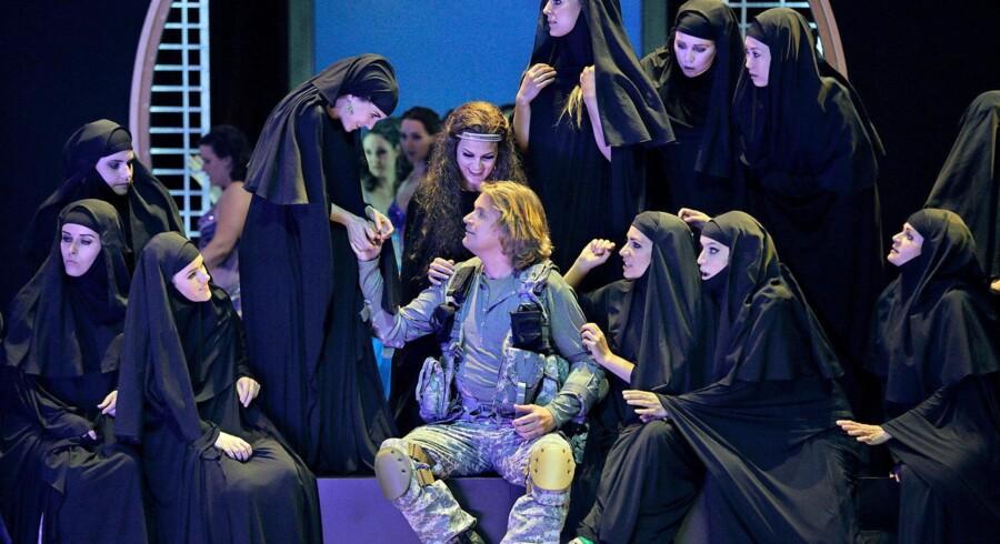 Titelrollen i Bayreuths opsætning af »Parsifal« synges af tyske Klaus Florian Vogt – her flankeret af mellem-østligt udseende forførersker. (Foto: Bayreuther Festspiele/Enrico Nawrath)
