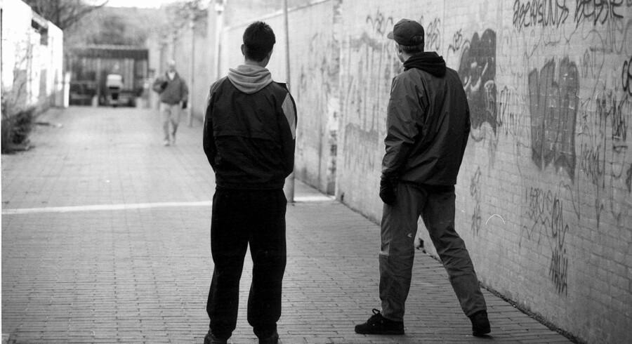 Unges kriminalitet er faldet markant og var sidste år på det laveste niveau, der nogensinde er målt. Alligevel vil regeringen og Dansk Folkeparti have reformeret sanktionerne og indsatsen over for unge kriminelle. Her et foto fra 1997, hvor unge i højere grad end i dag hang ud i gadebilledet. Scanpix/Bjarne Lüthcke