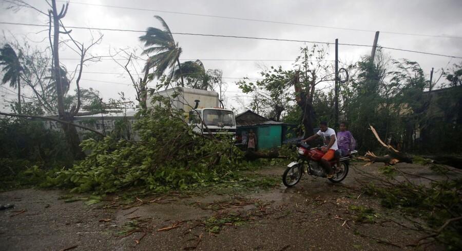 »Det her kan blive en ekstremt farlig orkan for store områder, hvor mange kan blive påvirket (...). Det er forfærdeligt,« lyder den kontante advarsel ifølge CNN fra chefen for USAs nationale orkancenter, Rick Knabb.