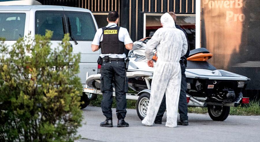 BMINTERN - To kvinder er omkommet efter en lejebåd blev påsejlet af en eller flere vandscootere i Københavns Havn ved Langebro. 8 personer blev anholdt i Brøndby Havn efter de var flygtet fra ulykken på vandscooterene.