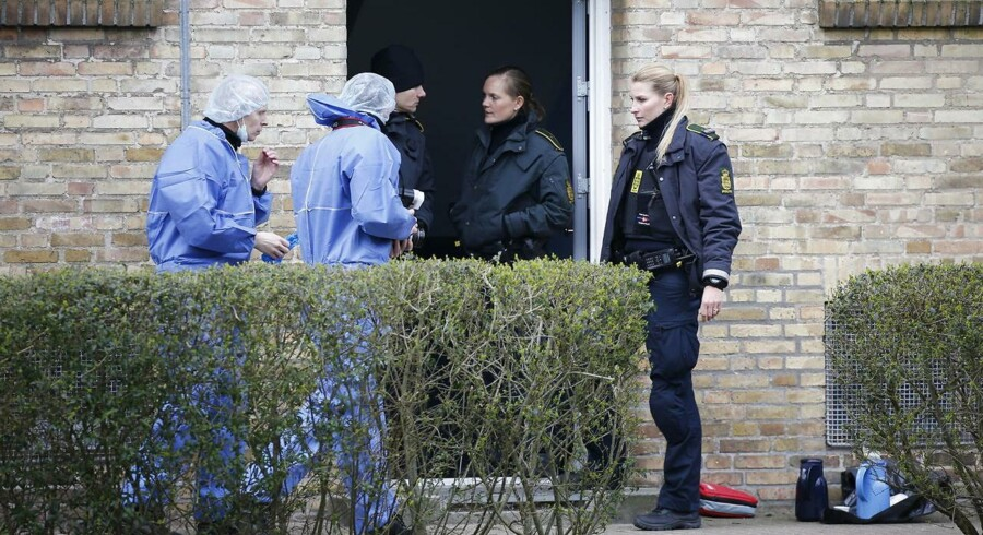 Politiets teknikere arbejder på adressen i Kobbelvænget i Brønshøj, hvor politiet tirsdag morgen d. 11. april 2017 har fundet flere dræbte personer i en lejlighed. Politiet sigter en person for drabene. (Foto: Jens Astrup/Scanpix 2017)