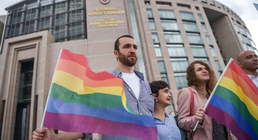 Arkifoto: Støttere udenfor Istanbuls retssale den 19. juni 2018 hvor elleve LGBT aktivister var anklaget for at have marcheret ved sidste års forbudte Gay Pride parade. / AFP PHOTO / OZAN KOSE
