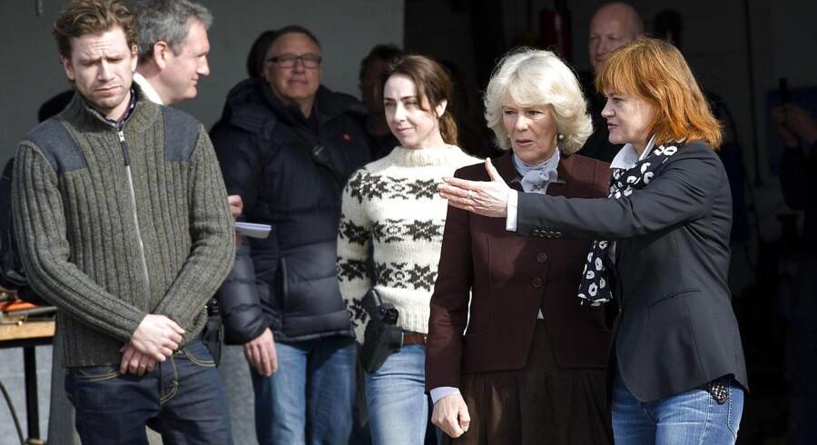 Dramachefen i DR, Piv Bernth, er kommet i blæsevejr, efter hun på udenlands radio har kritiseret Dansk Folkeparti. Her ses hun til højre i billedet, sammen med Hertuginden af Cornwall Camilla på location til forbrydelsen. (Arkivbillede)