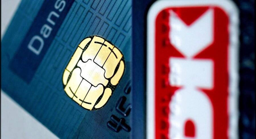 Ny SMS-kode og robotter, der spotter mistænkelige transaktioner, fører til halvering af snyd med dankort.