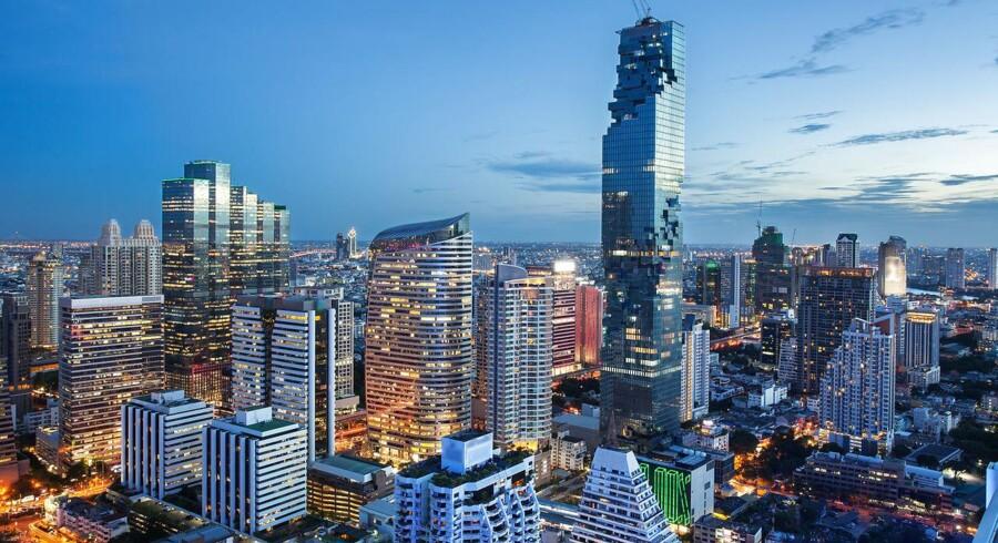 En bombe har såret 24 i Bangkok. Den var rettet mod et hospital, der primært benyttes af pensionerede officerer. Bomben falder på tre-årsdagen for millitærkuppet i Thailand.