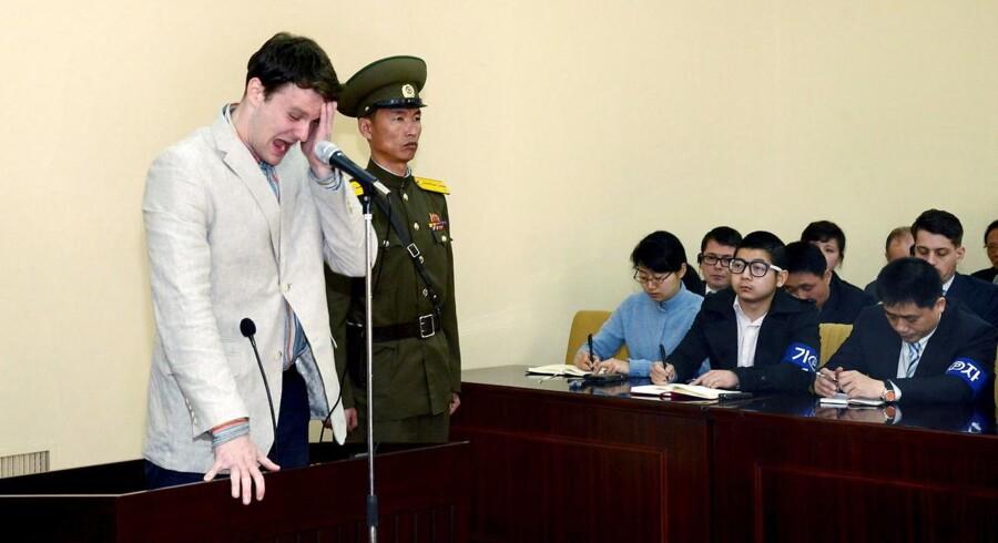 Nordkorea dømte sidste år den dengang 21-årige amerikaner Otto Warmbier til 15 års straffearbejde for at have stjålet politisk propagandamateriale. Nu er han frigivet - men det viser sig, at han muligvis har været i koma i over et år. REUTERS/KCNA TPX