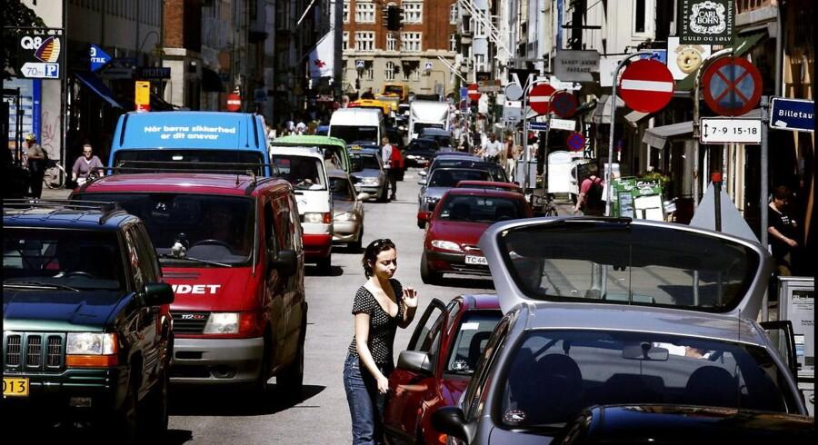 Arkivfoto. Biler skal køre langsommere på visse veje i byerne, mener minister. Rådet for Sikker Trafik er begejstret.