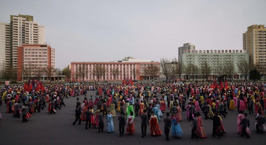 Studerende danser i forbindelse med fejringen af årsdagen for den tidligere Nordkoreanske leder Kim Il Sungs fødselsdag, den 15. april 2018. AFP-fotografen Ed Jones er udstationeret i Seoul og dækker Syd- og Nordkorea. Han giver et unikt (omend strengt kontrolleret) indblik i livet i Pyongyang, Nordkoreas hovedstad. Seriens billeder er taget i ugerne op til den historiske fredsaftale, som blev indgået mellem Nord- og Sydkorea den 27. april 2018.