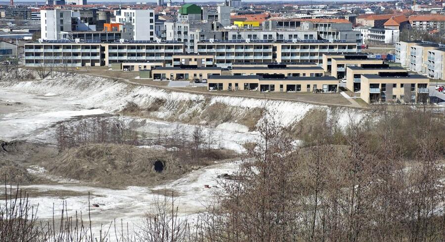 Børn af asbestarbejdere, der senere i livet rammes af lungekræft, skal også have mulighed for at få erstatning, mener Socialdemokratiet. Her ses den gamle eternitgrund i Aalborg.