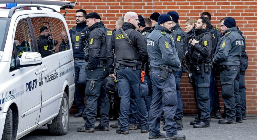Politiet har iværksat en kæmpe menneskejagt, efter en øksemand umotiveret overfaldt et 19-årigt par lørdag på en Circle K-station i Birkerød. Han menes mandag at have røvet en Danske Bank-filial i Ringsted.