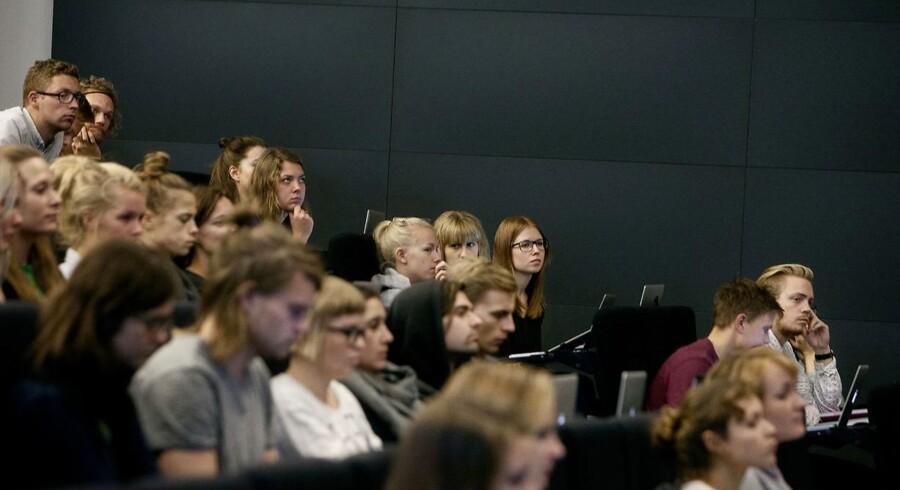 Flere studerende på universiteterne har ført til, at der i dag er studerende, der ikke har det nødvendige faglige niveau, lyder det fra undervisere.
