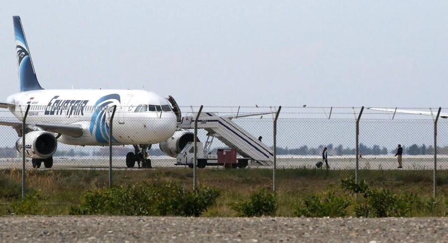 Det kaprede passagerfly fra EgyptAir holder i Larnaca Lufthavnen på Cypern. De fleste passagerer har fåewt lov til at forlade flyet, men personalet og fire vesterlændinge holdes angivleigt stadig som gidsler.