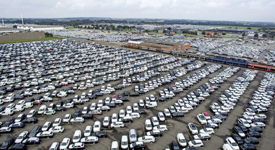 Normalt vil der på denne årstid stå omkring 12.000 biler på Dansk Auto Logiks faciliteter i Vamdrup og Ringsted. Lige nu er tallet 18.300 biler. Virksomheden er Danmarks største lager og transportør af biler. Foto: Peter Leth-Larsen