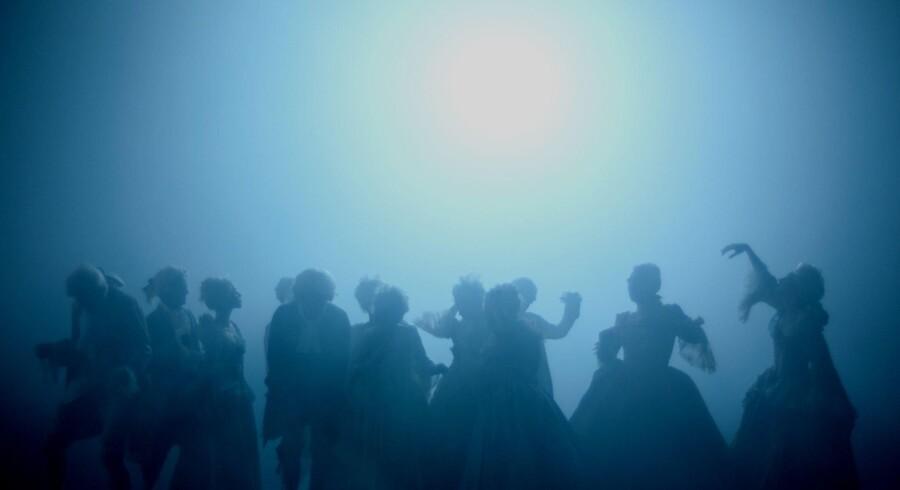 Fem balletdansere fra Den Kgl. Ballet danser sammen med seks asylansøgere i »Uropa – En asylballet.« Egentlig ville det have været bedre bare at høre asylansøgernes fortællinger uden alle de forstyrrende elementer. Foto: Det Kgl. Teater