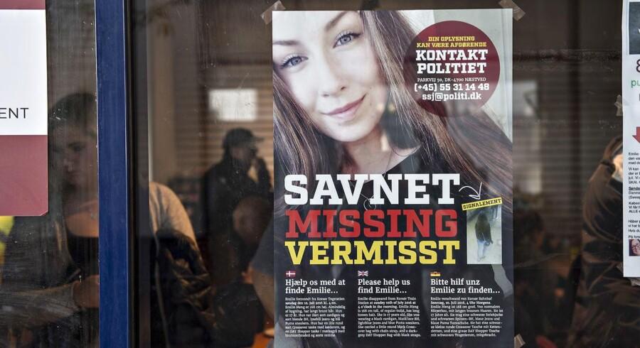 Plakater og flyers om Emilie Mengs forsvinden er blevet distribueret i massevis af en gruppe frivillige. Gruppen har også søgt efter den forsvundne pige til vands og fods flere gange.