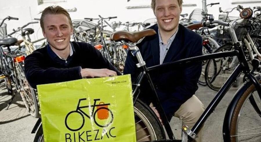 Duoen bag Bikezac, Nikolai Gulmann (tv.) og Anders Helt Lund, har øjnene rettet mod både ind- og udland, og nu kommer cykelposen for første gang i dagligvarehandlen. Foto: PR / Michael Paldan