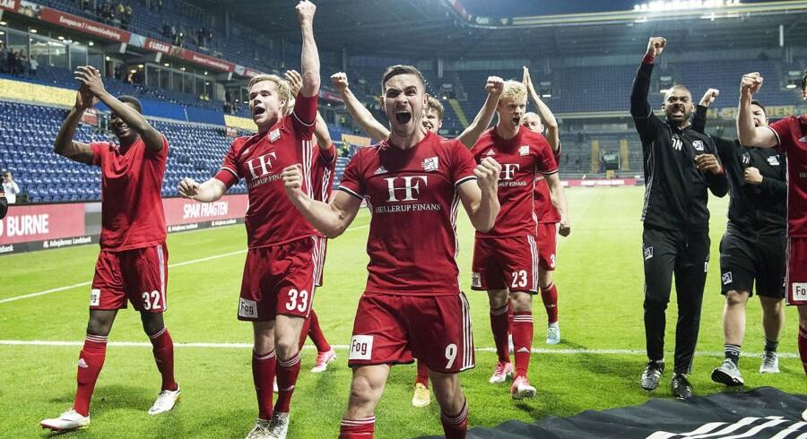 Spillerne fra Lyngby fejrer sejren. Forrest Lasse Fosgaard.