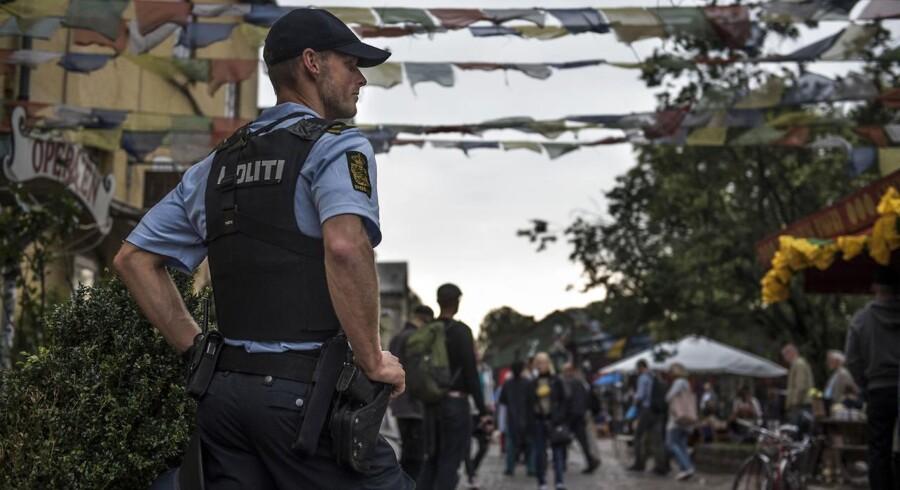 Betjent fotograferet ved Pusher Street på det sted, hvor politiet i september sidste år forsøgte at sætte overvågningskameraer op. Kameraerne blev hurtigt revet ned af ukendte personer. Arkivfoto.