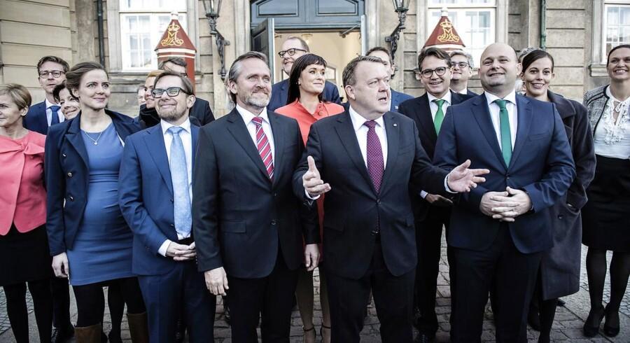Statsminister Lars Løkke Rasmussen præsenterer sin nye trekløver-regering på Amalienborg.