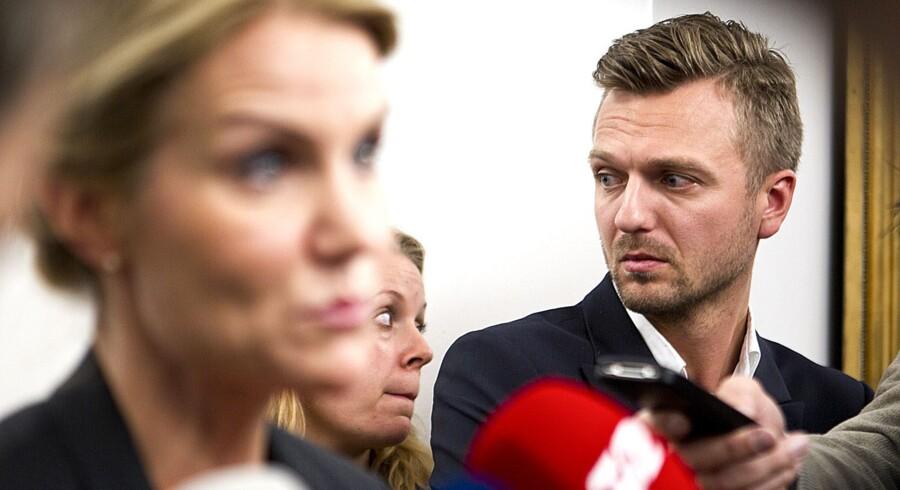 Tidligere statsminister Helle Thorning-Schmidt (S) står foran Udenrigspolitisk Nævn med sin særlige rådgiver Thomas Juul-Dam. Nu ønsker trekløverregeringen, at kun partilederne Løkke, Samuelsen og Pape må have to særlige rådgivere. Scanpix/Nils Meilvang