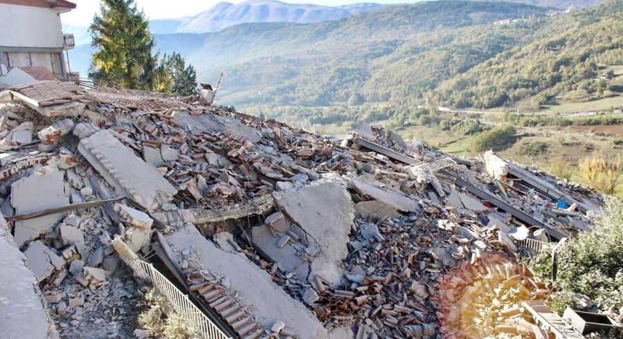 En kollapset bygning i L'Aquila efter søndagens voldsomme jordskælv.