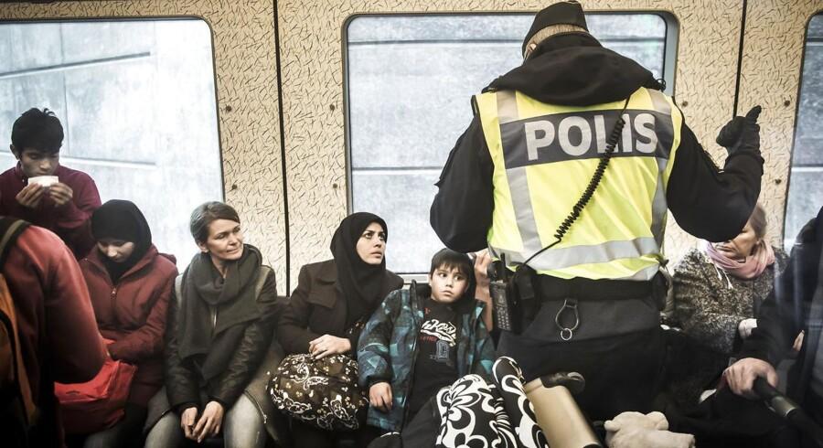 Den svenske regering indfører transportør-ansvar fra 4. januar 2016. Her er vi på Hyllie station, hvor det svenske politi er mødt talstærkt op for at kontrollere pas. De personer, som ikke kan fremvise gyldig identifikation, bliver ført ud af toget, hvorefter de får valget om at søge asyl i sverige. Hvis ikke de ønsker det, bliver de sendt tilbage til Danmark.