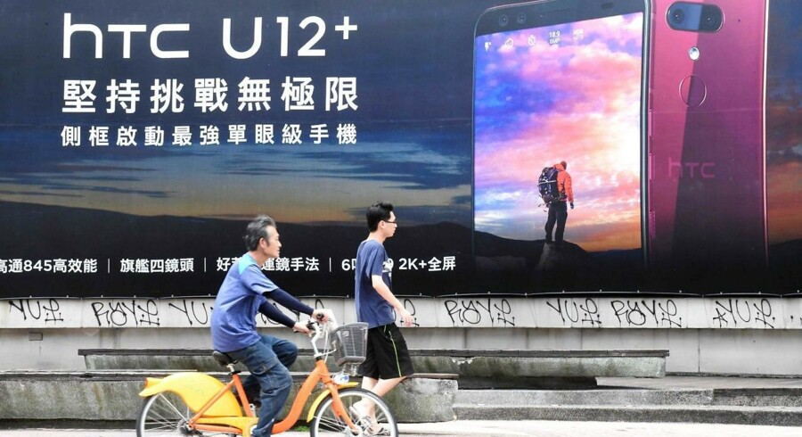 HTC, som står bag de roste U-telefoner som her på reklameskiltet i Taipei på Taiwan, skal af med 1.500 medarbejdere. Foto: Sam Yeh, AFP/Scanpix