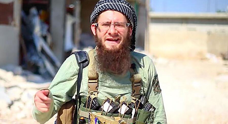 Briten Lucas Kinney droppede ud af University of Leeds og tilsluttede sig al-Qaedas filial i Syrien. Her er han affotograferet fra en propagandavideo, som han i 2014 optrådte i.