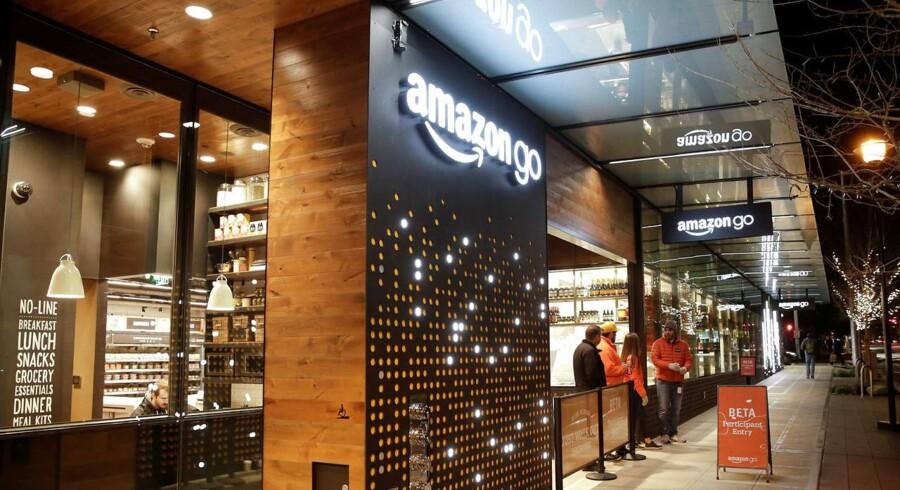 Arkivfoto. Internethandelsgiganten Amazon har afsløret sin første fysiske butik nogensinde, Amazon Go, der er fuldkomment automatiseret og satser på dagligvarer, som kunder fortsat foretrækker at købe i butikkerne.