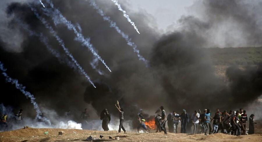Tåregas blev affyret mod demonstranter under sammenstød mellem israelske styrker og palæstinensiske demonstranter nær grænsen til Gaza-striben.14. maj 2018.